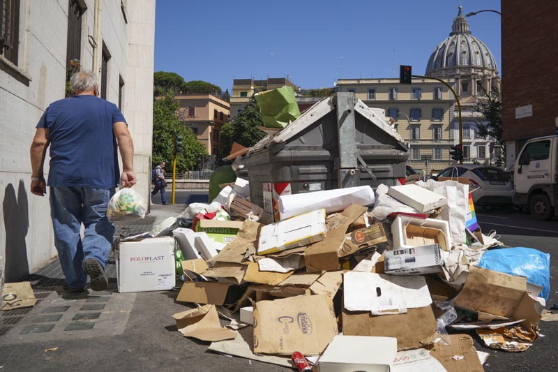 Rome doctors warn of health hazards from city's garbage woes