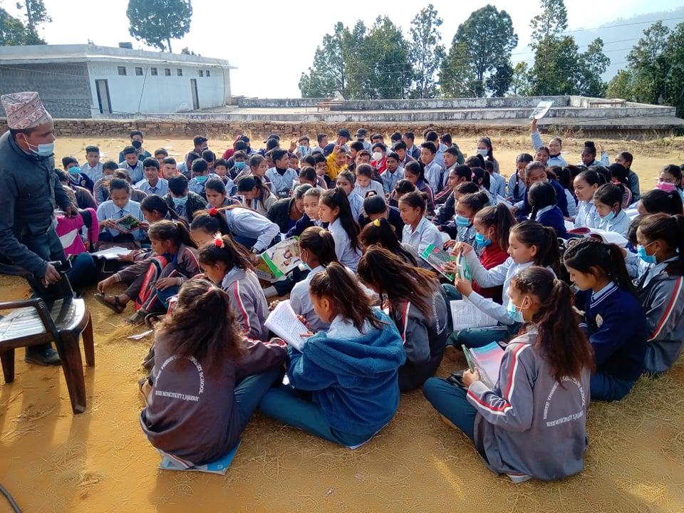 एउटै कक्षामा १६८ विद्यार्थी राखेर पठनपाठन !