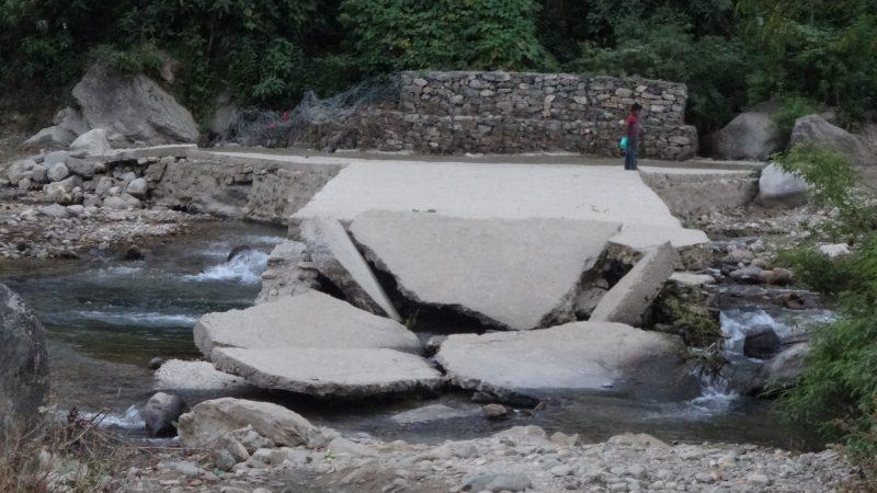 पैmसला ढिलाईले पुल निर्माण अलपत्र