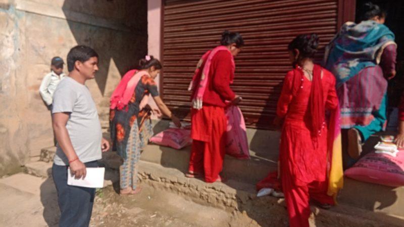 विपन्न १५ परिवारलाइ  पत्रकार केसीको खाद्य सहयोग