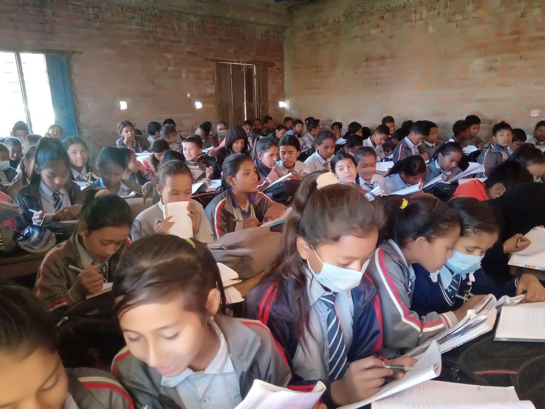 नमुना विद्यालयमा एउटै कक्षा कोठामा ९४ विद्यार्थी राखेर पठनपाठन