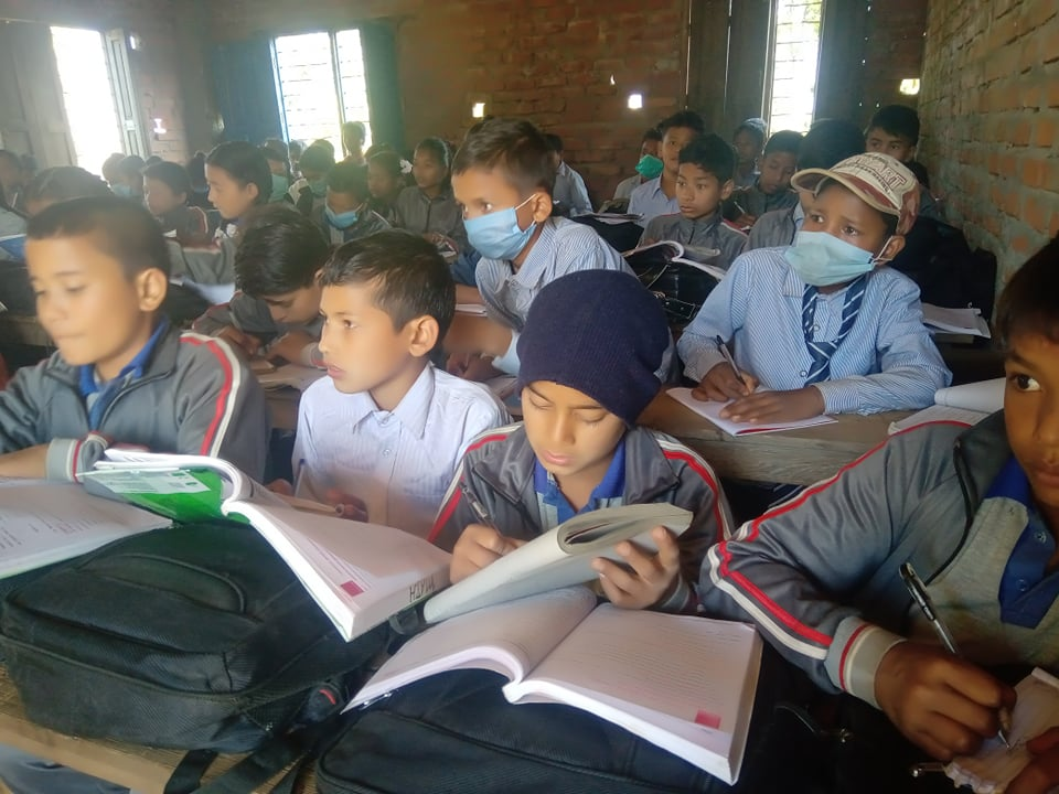 विद्यालयमा खानेपानीका लागि सहयोग जुटाउँदै त्रिभुवन माविका पुर्व विद्यार्थीहरु