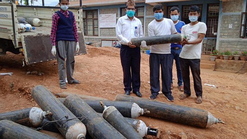 पत्रकार केसीले अस्पतालका १८ सिलिन्डरमा अक्सीजन रिफिल गर्न गरे सहयोग